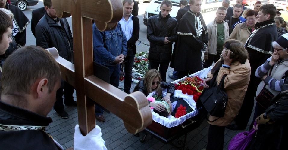 6.mai.2014 - Parentes velam nesta terça-feira (6) o corpo de ativista pró-Ucrânia de 36 anos que foi baleado em Odessa durante um ataque de militantes separatistas, no último dia 2. Mais de 30 rebeldes pró-Rússia foram mortos, e dezenas feridos, na segunda-feira, em um ataque militar à cidade de Slavyansk, principal foco de resistência insurgente. Quatro soldados ucranianos se feriram no ataque. O espaço aéreo de Donestk amanheceu fechado nesta terça, como parte de ações antiterrorismo do governo de Kiev