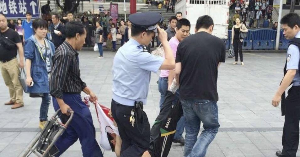 6.mai.2014 - Pessoas arrastam um suspeito de ferir seis pessoas a facadas em um ataque na manhã desta terça-feira (6) em uma estação ferroviária na cidade de Guangzhou, no sul da China. Este é o terceiro incidente desse tipo em apenas dois meses