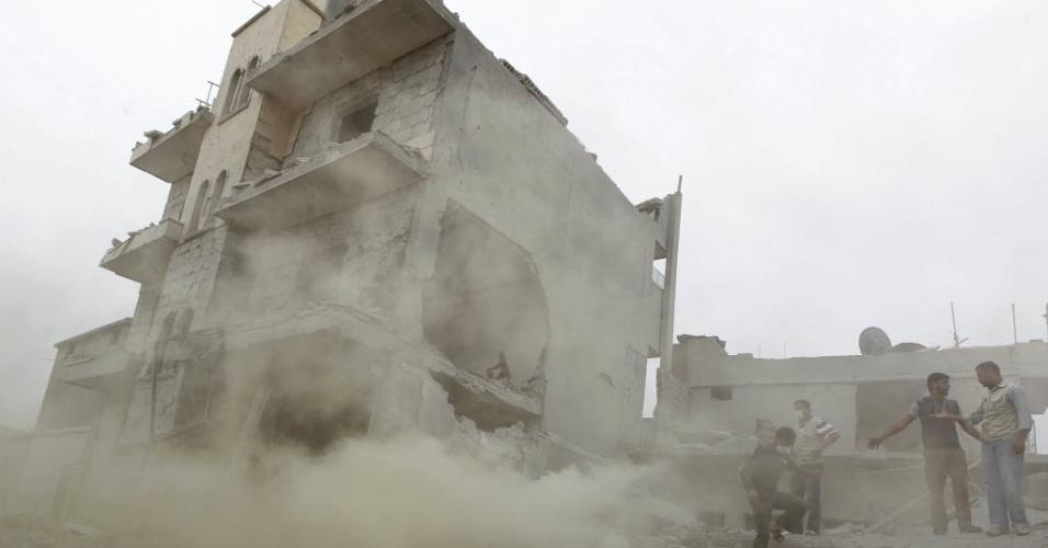 6.mai.2014 - Prédio fica em ruínas após um ataque aéreo que segundo ativistas foi realizado por forças leais ao presidente da Síria, Bashar al-Assad, na cidade de Azaz, norte de Aleppo, perto da fronteira com a Turquia
