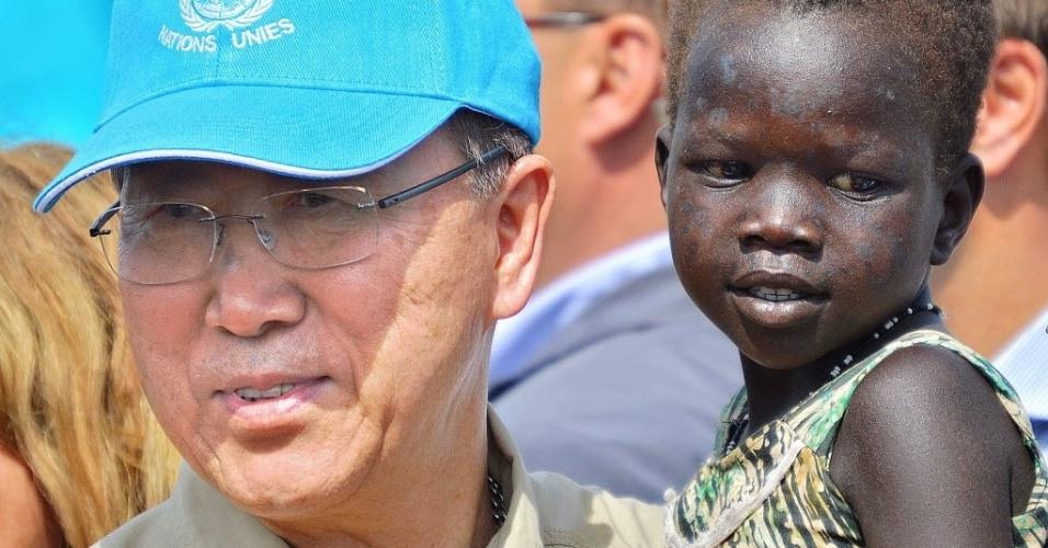 6.mai.2014 - Secretário Geral das Nações Unidas, Ban Ki-moon segura uma criança do Sudão do Sul, em Juba, capital do país africano, em viagem para exigir o fim da guerra civil.  O país mais jovem do mundo, criado em 2010, sofre com o conflito marcado por massacres étnicos