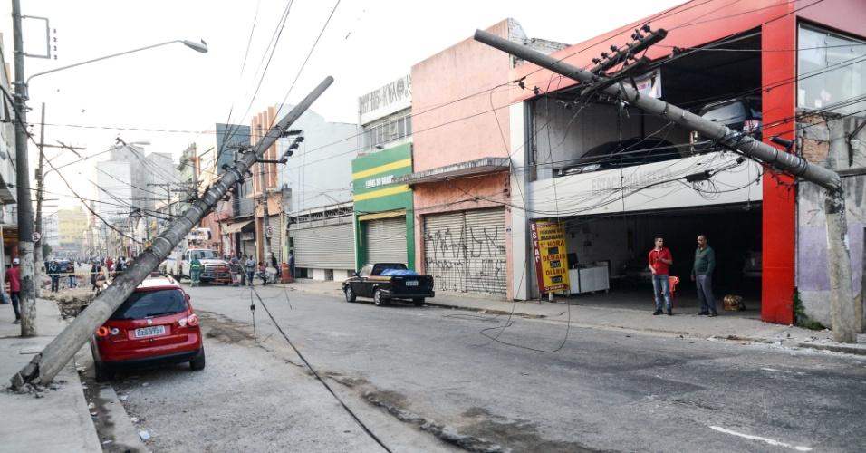 6.mai.2014 - Um caminhão derrubou dois postes na rua São Caetano, no bairro da Luz, no centro de São Paulo, na madrugada desta terça-feira (6). Ninguém se feriu. O acidente aconteceu no acesso da avenida do Estado para a via