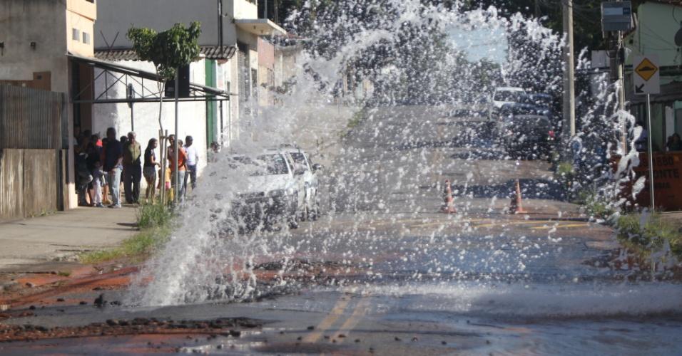 6.mai.2014 - Uma adutora da Copasa (Companhia de Saneamento de Minas Gerais) se rompeu na manhã desta terça-feira (6) e a água tomou uma das ruas do bairro das Indústrias, na região do Barreiro, em Belo Horizonte (MG)