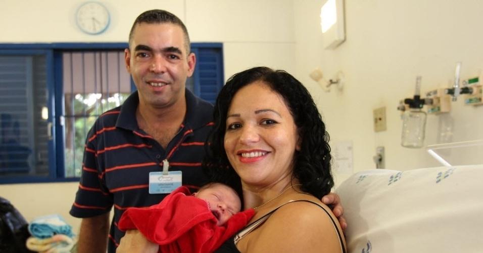 6.mai.2014- O guarda civil municipal Anderson Rogério da Silva, 37, fez o parto da própria mulher dentro do carro da família depois de errar o caminho para o Centro de Referência da Saúde da Mulher (Mater), em Ribeirão Preto (313 km de São Paulo)