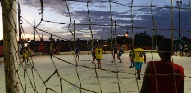 Crianças Que Jogam O Futebol Nos Desenhos Animados Do: Natal Cria Espaços De Convivência Para Frear Trabalho