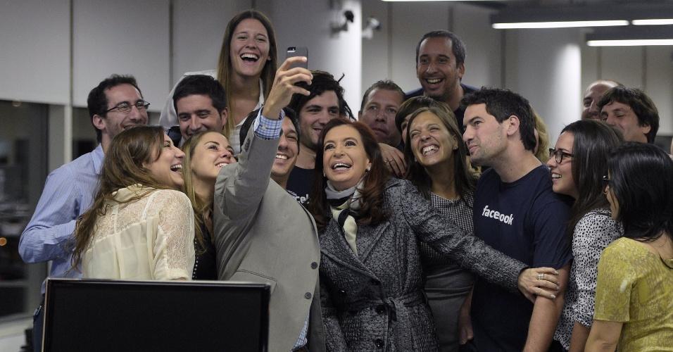 6.mai.2014 - A presidente argentina, Cristina Kirchner (centro), posou com funcionários do Facebook na inauguração do escritório da empresa em Buenos Aires