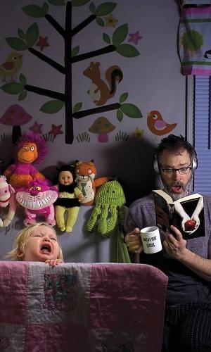 7.mai.2014 - A pequena Alice Bee, de apenas dois anos, parece se divertir nas fotos que tira com o pai, Dave Engledow