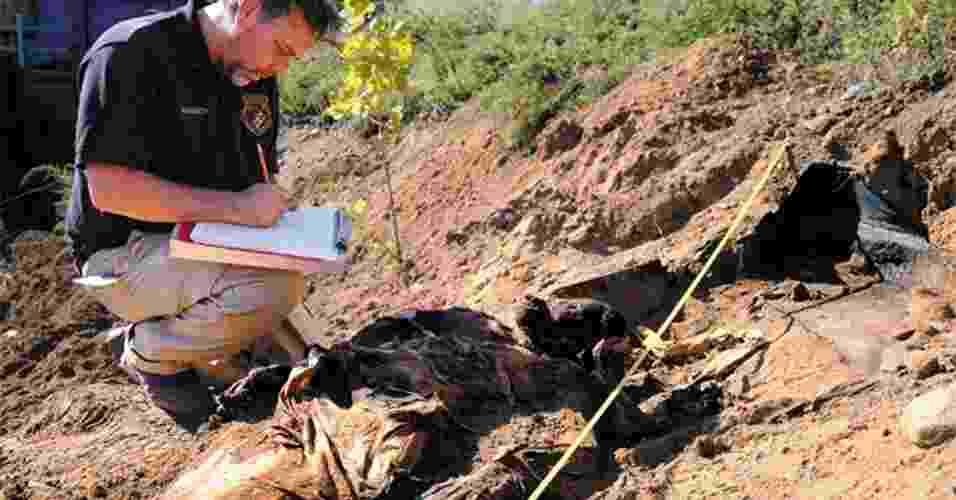 Antropólogo forense Scott Warnasch examina um cadáver de 160 anos de idade, que foi acidentalmente descoberto no Queens, Nova York, e pode conter o vírus da varíola, um dos mais mortais que existem - NYC Office of Chief Medical Examiner/Nature
