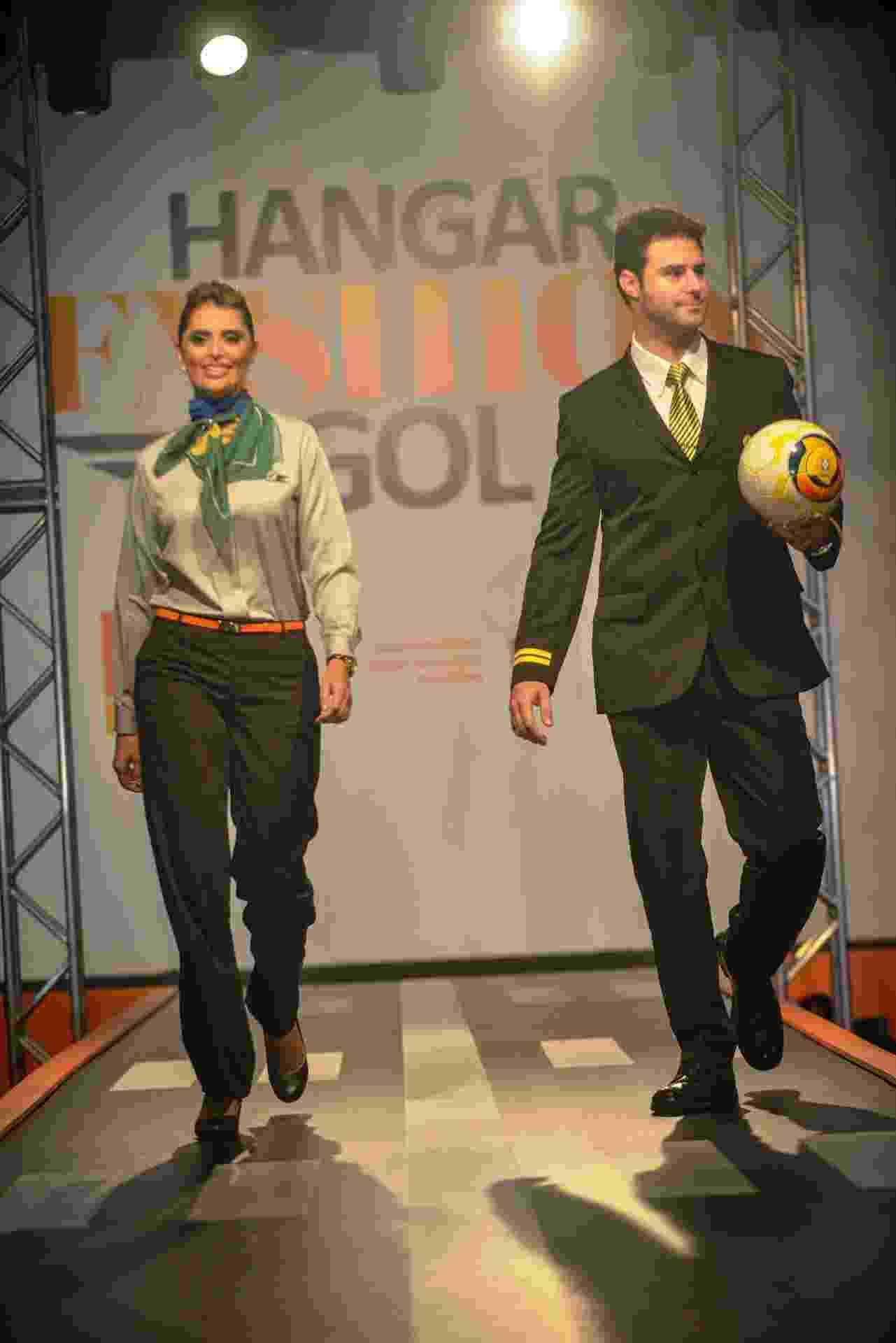 A companhia aérea Gol lançou uma linha de uniformes desenvolvidos por uma estilista em conjunto com funcionários de diferentes áreas da companhia. Na foto, a comissária e o copiloto usam lenço e gravatas verde-amarelas em alusão à Copa do Mundo. (veja fotos de mais modelos acima) - Divulgação