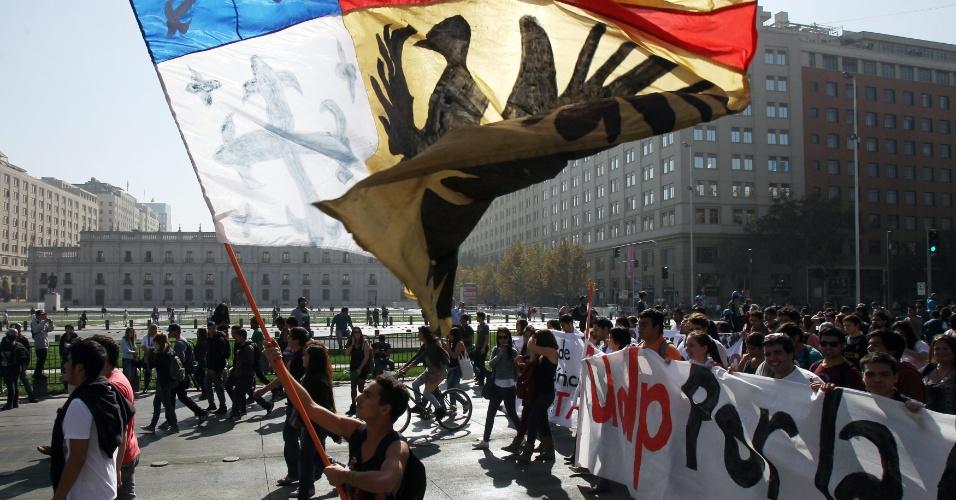08.mai.2014 - Estudantes protestam pelas ruas de Santiago, Chile, por uma educação gratuita e de qualidade