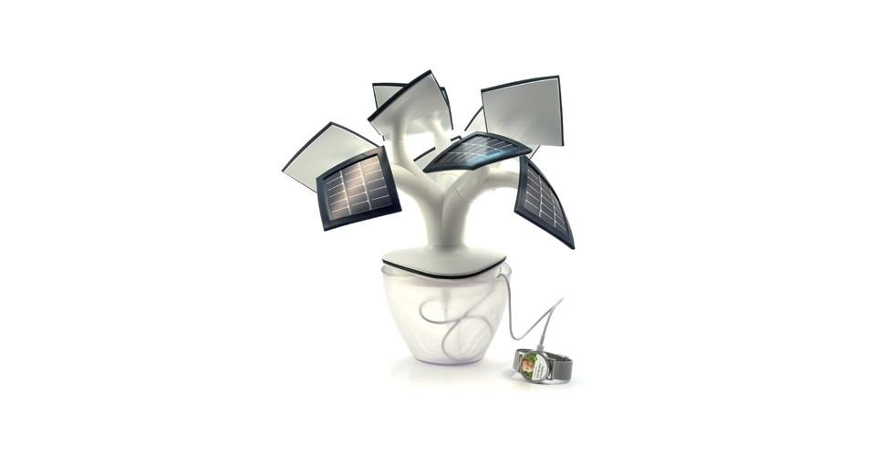 8.mai.2014 - A Electree mini é um gadget que transforma energia solar em elétrica e tem formato inspirado nos bonsais japoneses. Além de recarregar pilhas e outros eletrônicos, a árvore funciona como luminária com luzes de LED. O projeto busca financiamento no Indiegogo e quem doar 199 euros (R$ 610) ganha um exemplar