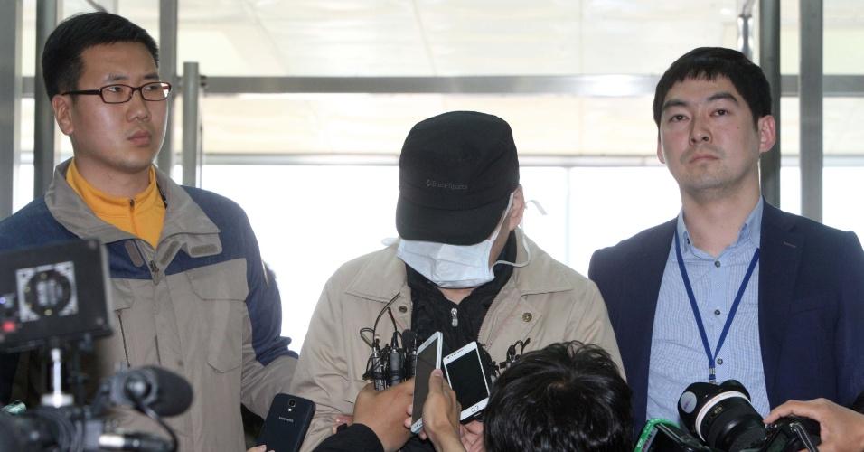 8.mai.2014 - O presidente da empresa proprietária da balsa Sewol é apresentado após ser detido pela acusação de homicídio na Coreia do Sul. A embarcação naufragou em abril no litoral sudoeste do país, deixando mais de 300 mortos e desaparecidos