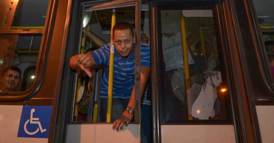 8.mai.2014 - Passageiro demonstra insatisfação com ônibus lotado no Rio de Janeiro