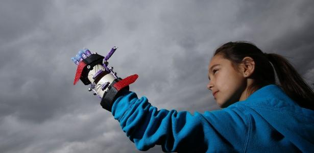 Kylie Wicker, 9, testa sua mão protética produzida com impressora 3D; peça custou US$ 10