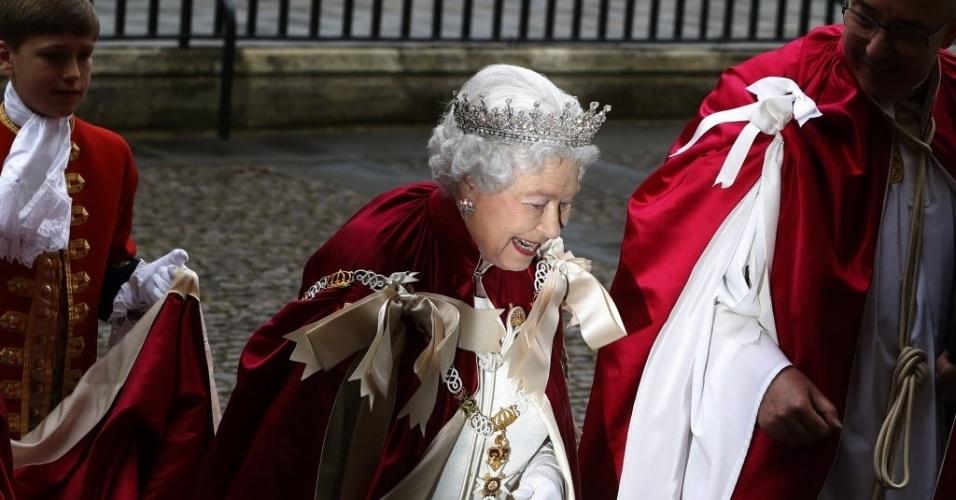 9.mai.2014 - A rainha Elizabeth 2ª chega à abadia de Westminster, em Londres, para cerimônia da Ordem de Bath, evento tradicional da ordem militar que acontece de quatro em quatro anos