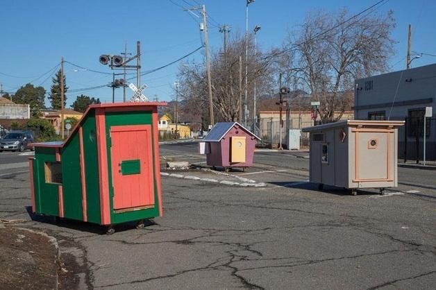 9.mai;2014 - Casas feitas com madeira de entulho e lixo, projetadas pelo artista plástico americano Gregory Kloehn, servem de abrigo para moradores de rua em Oakland (EUA)