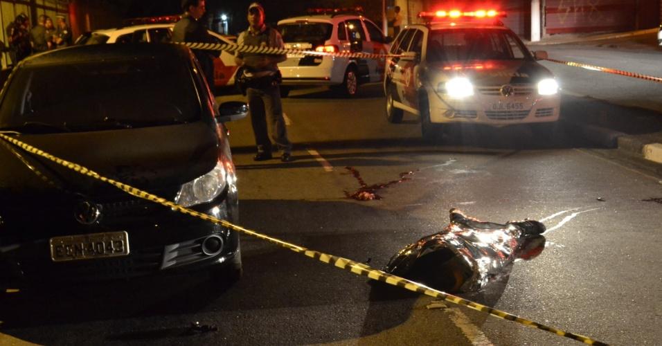 9.mai.2014 - Duas pessoas morreram durante tiroteio na madrugada desta sexta-feira (9) na estrada do Bandeirante, em Ferraz de Vasconcelos (SP)