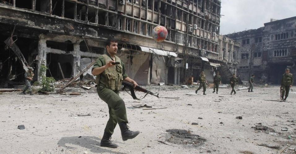 9.mai.2014 - Membro das forças leais ao presidente da Síria, Bashar al-Assad, joga futebol na cidade de Homs. Após um ano de cerco, cerca de 1.200 rebeldes e residentes da Cidade Antiga de Homs deixaram a cidade em troca da libertação de dezenas de reféns presos por rebeldes nas províncias de Aleppo e Latakia