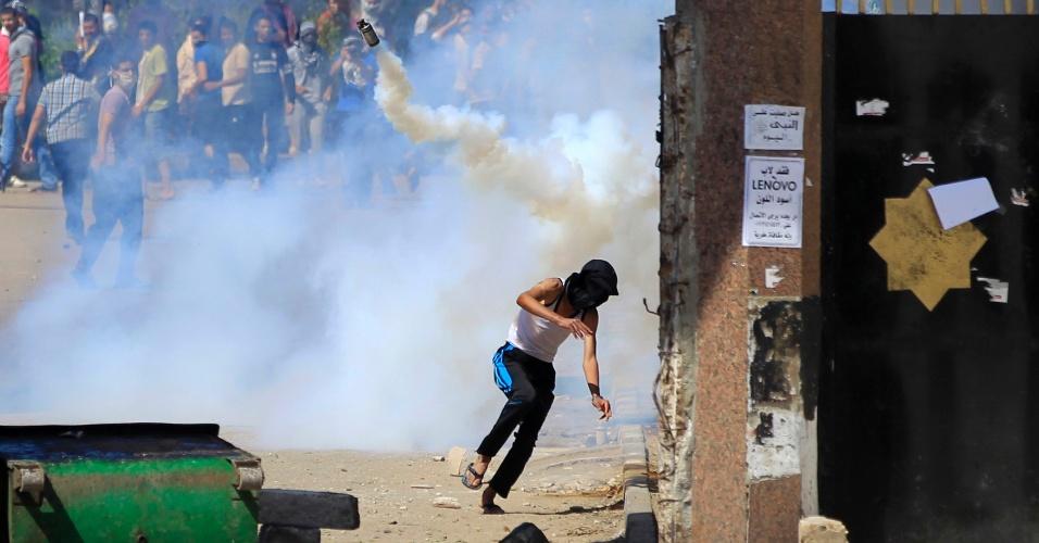 9.mai.2014 - Polícia (fora da imagem) dispara granadas de gás lacrimogêneo em simpatizantes da Irmandade Muçulmana, grupo do presidente deposto Mohammed Morsi, que protestavam no campus da universidade Al-Azhar, no Cairo (Egito)
