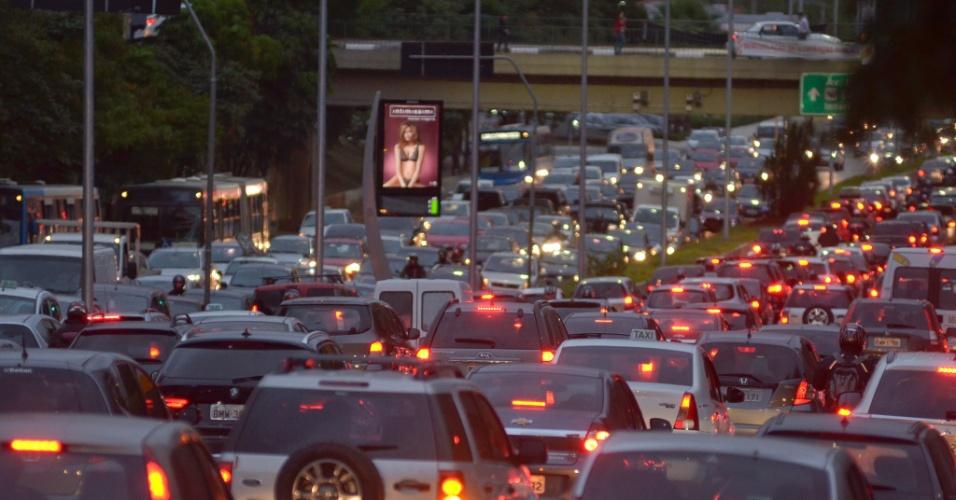9.mai.2014 - Trânsito fica lento na avenida 23 de maio, próximo ao Parque do Ibirapuera, na zona sul de São Paulo