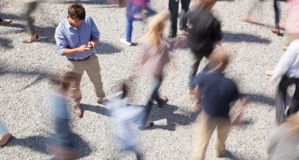 Hábitos irritantes de quem tem celular vão de usá-lo no banheiro a andar digitando; veja