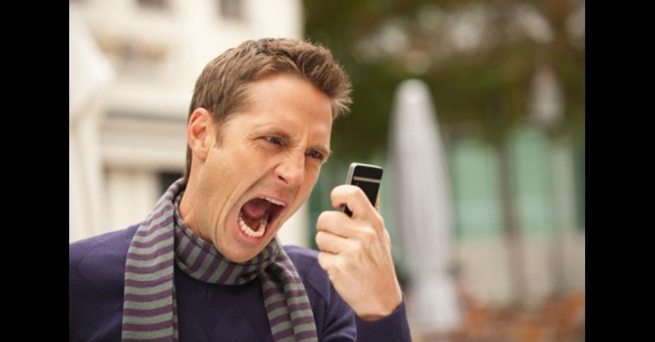 Usar o viva-voz em público. Todo mundo quis ter um walkie-talkie quando era criança, mas fingir que o seu smartphone é um não vai tirar o recalque dos tempos de infância. Nem todo mundo quer saber os detalhes da sua vida, da sua briga com o namorado, da bronca com o telemarketing da sua operadora