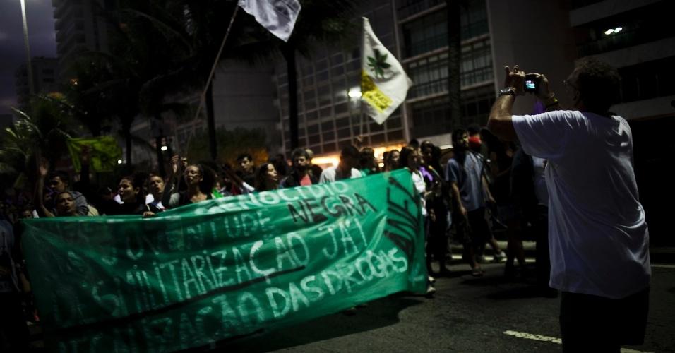 10.mai.2014 - Centenas de pessoas participam neste sábado (10) da Marcha da Maconha, no Jardim de Alah, na divisa entre Ipanema e Leblon, zona sul do Rio. Os manifestantes, com máscaras que reproduzem a folha da maconha, empunham cartazes a favor da legalização com dizeres como