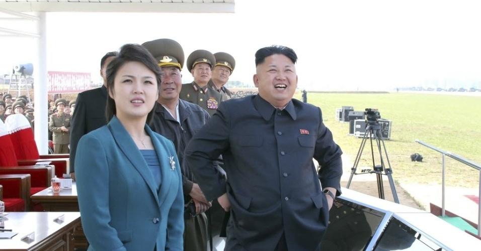 10.mai.2014 - Líder norte-coreano Kim Jong-un participa ao lado da mulher, Ri Sol Ju, de um concurso de voo da Força Aérea norte-coreana em Pyongyang