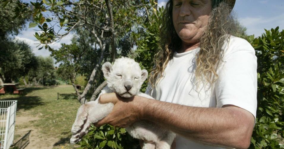 10.mai.2014 - O diretor de safári de Hinojosa de San Vicente, em Toledo, na Espanha, carrega Keny, uma leoa sul-africana branca nascida no começo do mês. Existem aproximadamente 300 animais da espécie em todo o mundo