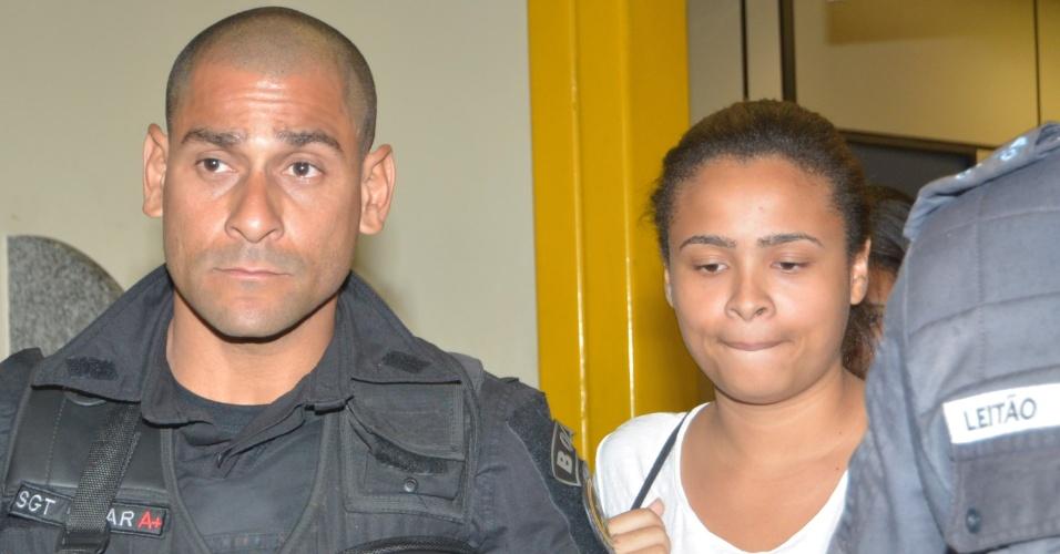 10.mai.2014 - Jovem que foi sequestrada em ônibus chega a delegacia no Rio de Janeiro