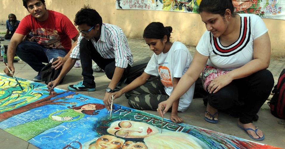 11.mai.2014 - Artistas e membros da Sociedade da Consciência Ambiental e Educação em Saúde fazem pinturas para o Dia das Mães, neste domingo (11), em em Nova Déli, na Índia
