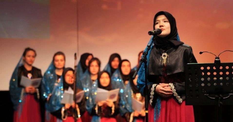11.mai.2014 - Estudantes cantam salmos durante uma festa de Dia das Mães, em Istambul, Turquia. Alunos de escolas locais recitaram poesias e cantaram músicas em homenagens as mães