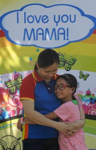 11.mai.2014 - Filipina e filha posam para foto durante evento do Dia das Mães realizada em parque no subúrbio de Manila