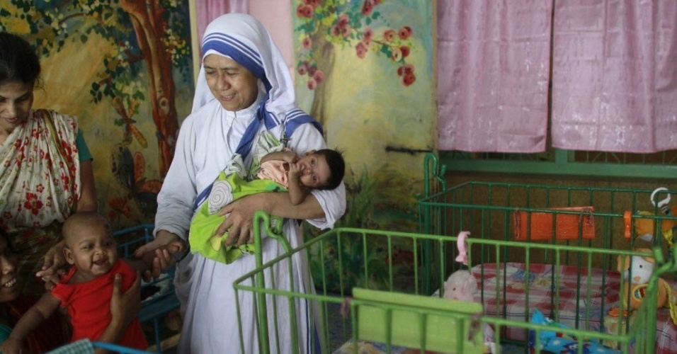 11.mai.2014 - Irmã Maricor, das Missionárias da Caridade, cuida de crianças abandonadas em um orfanato de Dacca, Bangladesh. A freia dedicou a vida a cuidar de crianças órfãs e portadoras de doenças físicas e mentais e procura passar o Dia das Mães ao lado delas