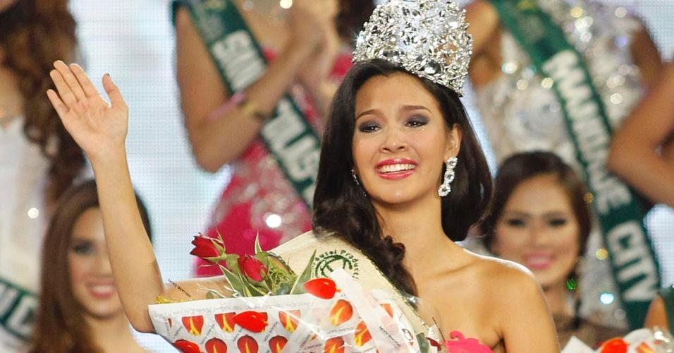 11.mai.2014 - Jamie Herrel acena após ser coroada Miss Filipinas 2014 na coroação que aconteceu na cidade de Manila, neste domingo (11). Herrel concorreu com 49 candidatas e vai representar o país no Miss Terra 2014, concurso de beleza que defende na preservação do ambiente.