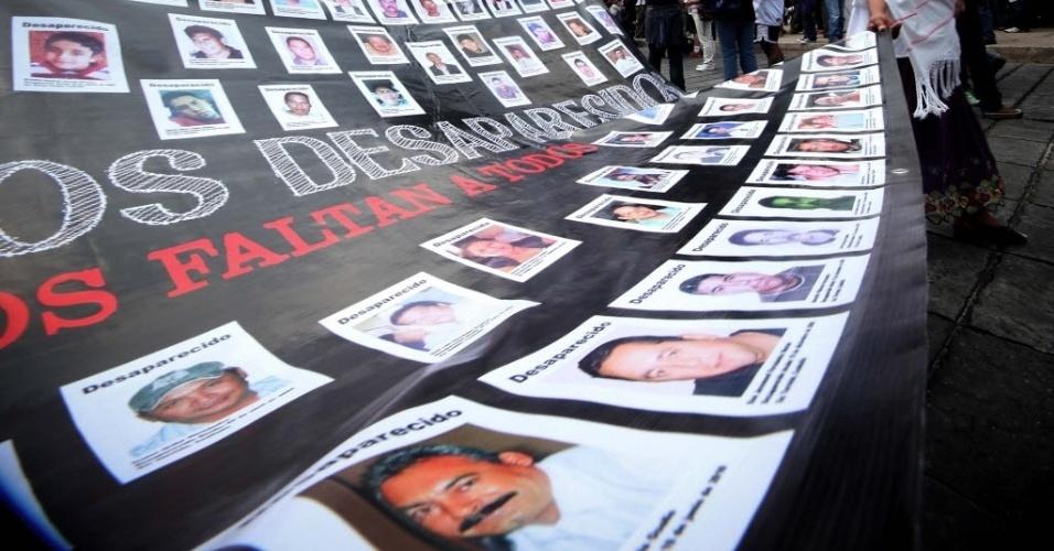 11.mai.2014 - Mães de desaparecidos participaram da Marcha Nacional pela Dignidade, no México, durante a celebração do Dia das Mães. Familiares exigiram que autoridades ajudem a encontrar entes queridos