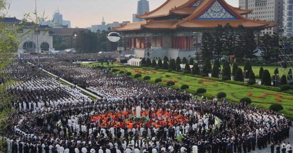 11.mai.2014 - Milhares de fiéis budistas de Taiwan participam de uma reunião para comemorar o aniversário de Buda e o Dia das Mães em Taipei