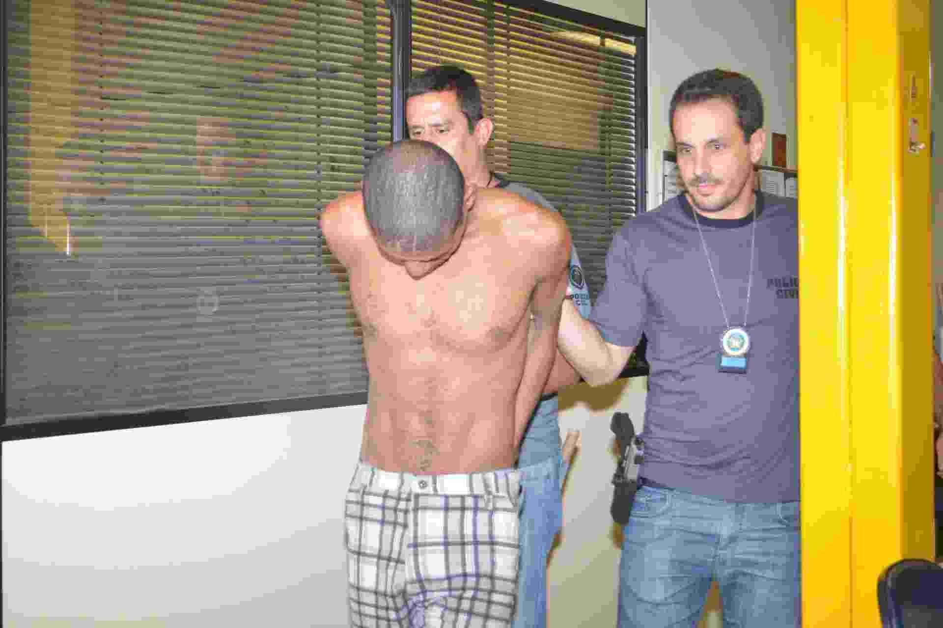 11.mai.2014 - Paulo Roberto, 35, foi preso em flagrante por sequestrar um ônibus na avenida Brasil, no Rio, e manter uma refém; Ele foi encaminhado para a 39ª Delegacia Policial (Pavuna) - Erbs Jr./Frame/Estadão Conteúdo