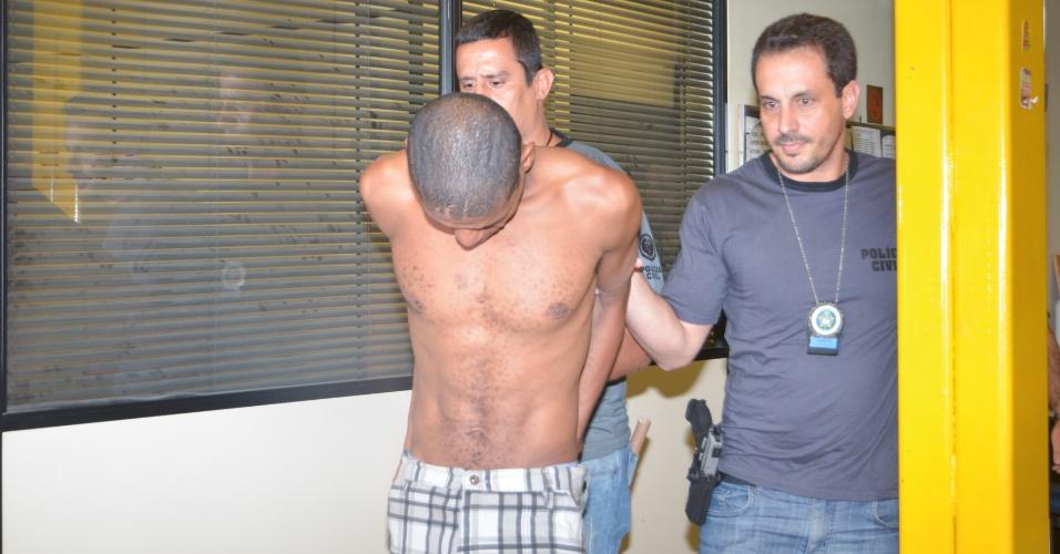 11.mai.2014 - Paulo Roberto, 35, foi preso em flagrante por sequestrar um ônibus na avenida Brasil, no Rio, e manter uma refém; Ele foi encaminhado para a 39ª Delegacia Policial (Pavuna)