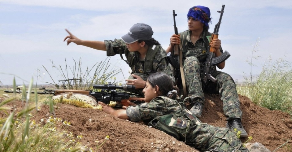 12.mai.2014 - Lutadoras curdas da Unidade de Proteção à Mulher (YPJ) participam de treinamento militar perto de Qamishli, Síria