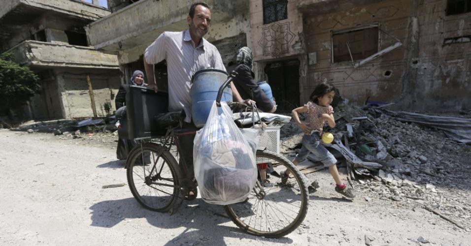 12.mai.2014 - Moradores da cidade velha de Homs, na Síria, retornam ao local depois que o Exército retomou o controle de Homs, após três anos do início da guerra civil no país, e expulsou os rebeldes (quase 2.000 pessoas)