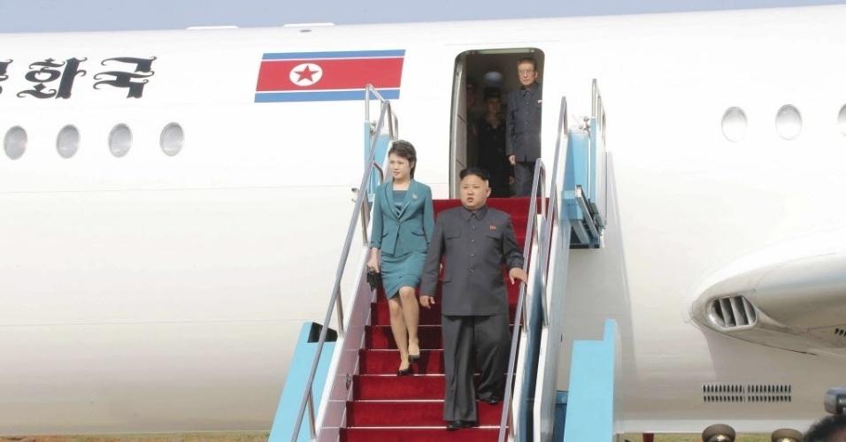 12.mai.2014 - O líder norte-coreano, Kim Jong Un, e sua esposa, Ri Sol Ju, desembarcam do avião durante o Torneio de Voos de Combate 2014. A imagem, sem data ou local, foi divulgada nesta segunda-feira (12)