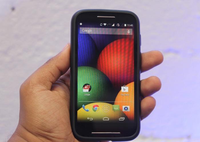 13.mai.2014 - A Motorola começa a vender no Brasil o Moto E, smartphone com plataforma Android mais barato do fabricante (R$ 529) e (599, com TV digital). O smartphone compatível com dois chips tem tela de 4,3 polegadas, 1 GB de memória RAM, 4 GB para armazenamento (expansíveis para até 32 GB com chip microSD), processador Qualcomm Snapdragon 200 dual-core (dois núcleos) de 1,2 GHz, sistema operacional Android 4.4 (Kit Kat), rádio FM e câmera traseira de 5 megapixels