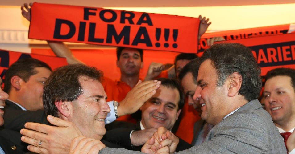 13.mai.2014 - O senador e pré-candidato do PSDB à presidência da república, Aécio Neves (PSDB-MG), recebeu o apoio do presidente do Solidariedade, Paulinho da Força, em evento realizado em Brasília (DF) nesta terça-feira (13)