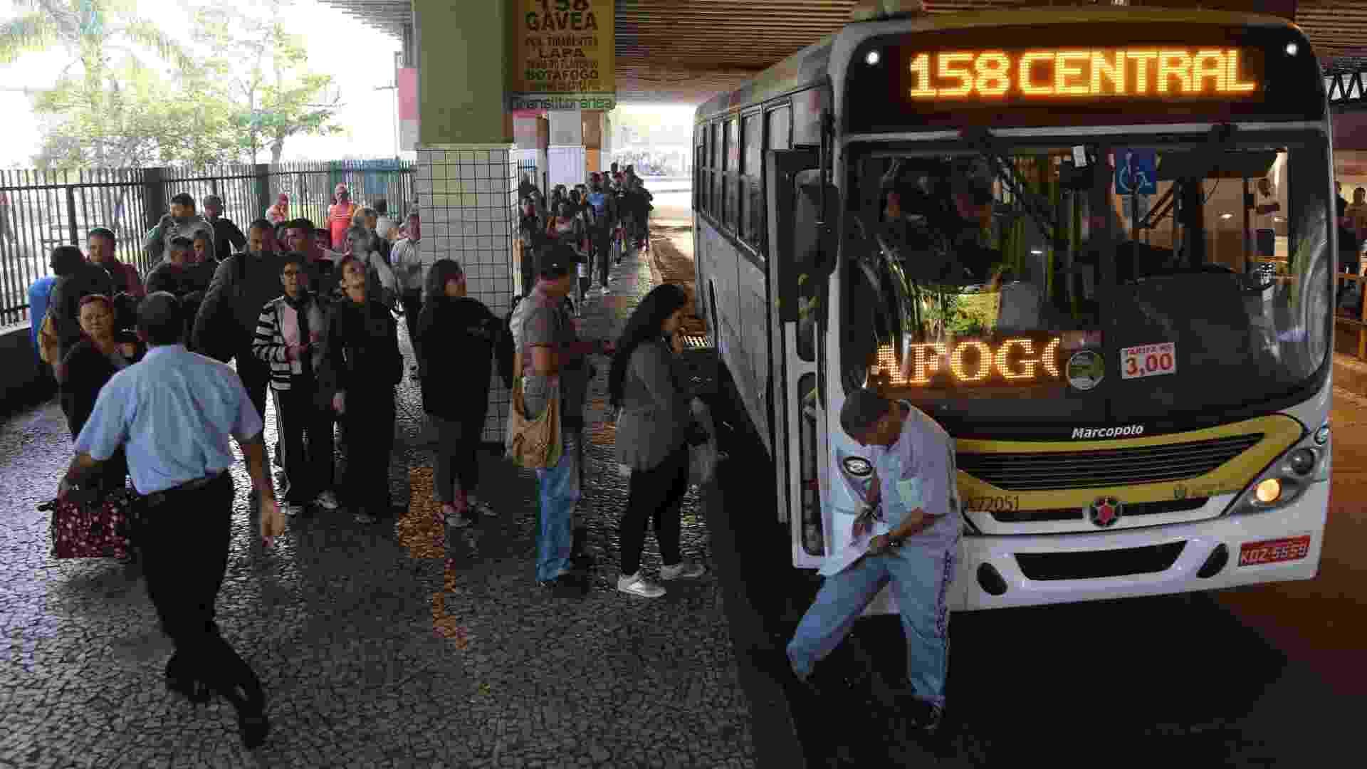 13.mai.2014 - Passageiros tentam embarcar em ônibus na Central do Brasil, região central do Rio. Paralisação dos rodoviários da cidade fez com que os pontos ficassem lotados. Os poucos ônibus que circularam estavam cheios - Fernando Maia/UOL