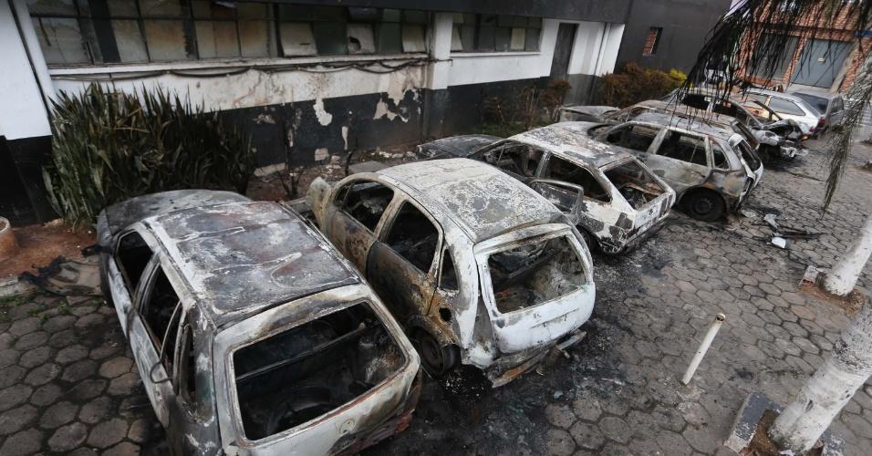 13.mai.2014 - Pelo menos nove automóveis apreendidos pela polícia foram incendiados no estacionamento do 59º Distrito Policial, no bairro Jardim Noêmia, na zona leste de São Paulo, na noite da última segunda-feira (12). No momento em que os incendiários atearam fogo aos automóveis, a delegacia estava fechada para o público