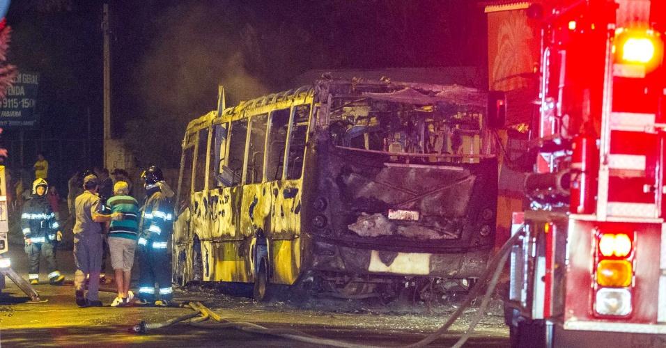 13.mai.2014 - Um ônibus foi incendiado na cidade de Ribeirão Preto, no interior de São Paulo, nesta terça-feira (13). Informações preliminares indicam que dois homens armados pararam o veículo, retiraram o motorista e uma passageira do interior do automóvel e atearam fogo ao ônibus. Os motivos que levaram ao incêndio ainda não foram elucidados