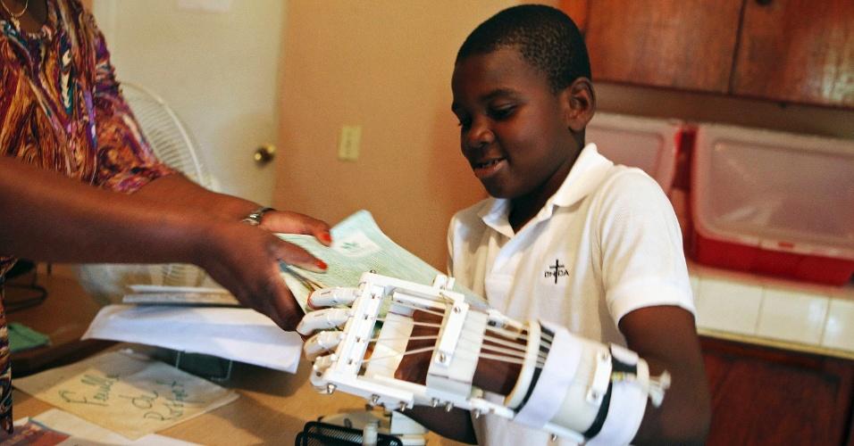 O órfão haitiano Stevenson Joseph, 12, nasceu sem os dedos das mãos. Ele ganhou uma prótese feita com impressora 3D, criada por um casal da Califórnia (EUA) que conheceu a criança durante uma visita humanitária ao país. A peça usada no braço esquerdo custou US$ 300 e permitirá no futuro que o menino tenha inclusive a possibilidade de escrever com a mão