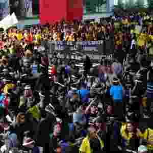 Professores e profissionais da educação municipal de São Paulo, que estão em greve desde do dia 23 de abril, fazem um ato saindo do vão livre do Masp, na avenida Paulista, nesta terça-feira (12) - Cris Faga/Fox Press Photo/Estadão Conteúdo