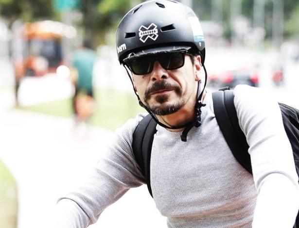 """14.mai.2014 - Há quase dez anos o publicitário Paulo Rios, 43, passou a ir de bicicleta ao trabalho. Motivo: estresse no trânsito. """"Comecei a brigar no trânsito. Brigava até com a minha mulher, deixando ela nervosa, ameaçando a família inteira. Aí optei [pela bicicleta]"""". Usa eventualmente o carro da família nos fins de semana para fazer compras grandes ou quando vai viajar. Mas o trânsito de São Paulo ainda irrita o publicitário. Quando não pedala, prefere caminhar a dirigir"""