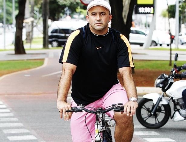 """14.mai.2014 - O vigia Edson Pereira da Silva, 37, não tem carro e anda de bicicleta há 12 anos. Pedala todos os dias para ir ao trabalho e até para levar o filho de 8 anos à escola. Prefere a bicicleta ao transporte público. """"A condução demora muito. Aqui [na bicicleta] é bem mais compensador"""""""